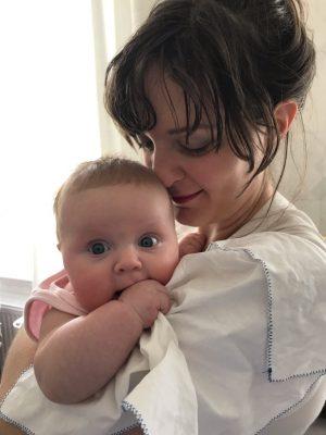 Ett av mina bästa stiltips för nyblivna mammor är en frisyr som är både snygg och enkel att hålla efter